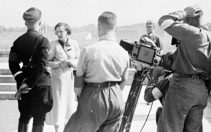 Bundesarchiv_Bild_152-42-31,_Nürnberg,_Leni_Riefenstahl_mit_Heinrich_Himmler